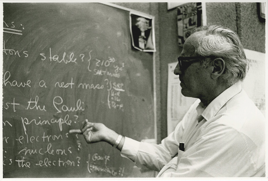 Frederick Reines in the classroom.